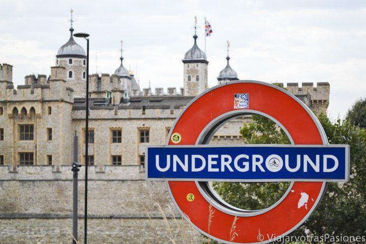 La famosa señal del metro de Londres con la Torre de Londres de fondo