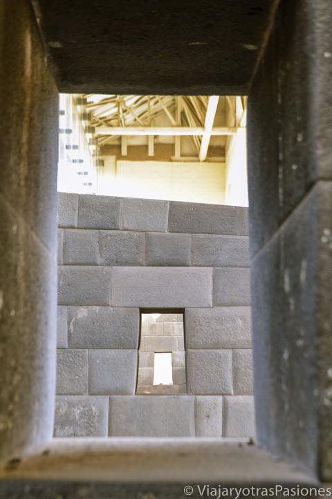 Interior del sitio Inca de Coricancha, con la típica piedra, en Cuzco