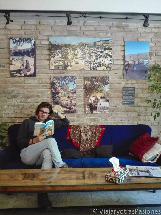 Leyendo una guía de viaje para preparar un viaje por libre en Irán