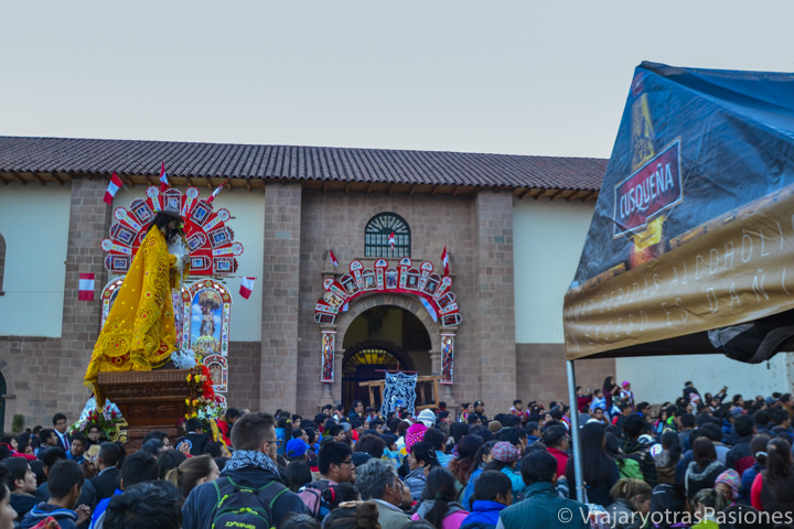 Multitud de personas en una procesión a la iglesia de San Cristóbal, en Cuzco