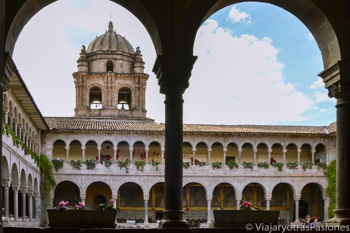 Hermoso claustro de la iglesia de Santo Domingo en Coricancha, en Perú