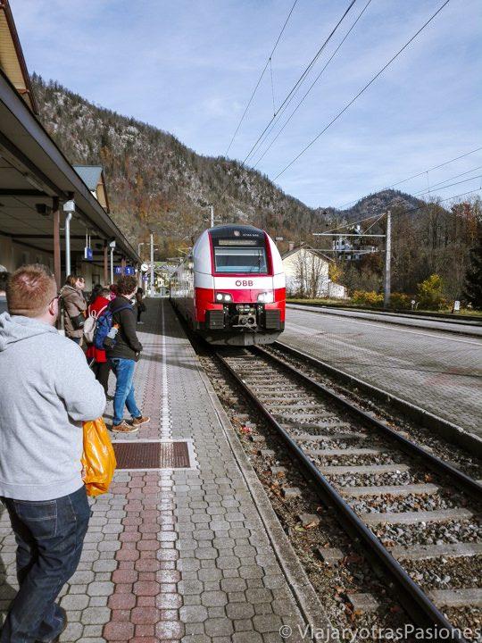 Llegada del tren que va a Hallstatt en la estación de Bad Ischl