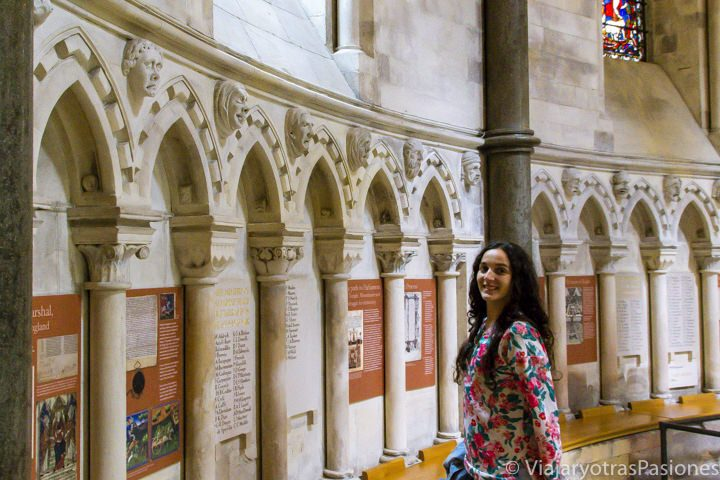 Parte de la pequeña exposición sobre la Magna Carta en la parte redonda de la iglesia de Temple, Londres