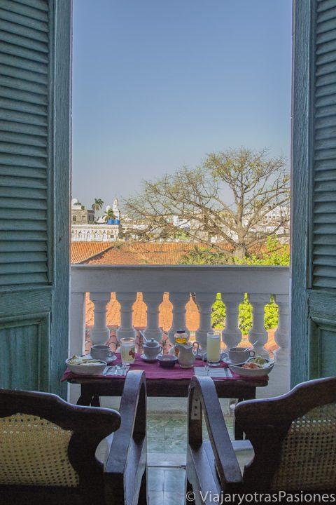 Desayuno y vista desde la casa particular en la Habana Vieja en Cuba