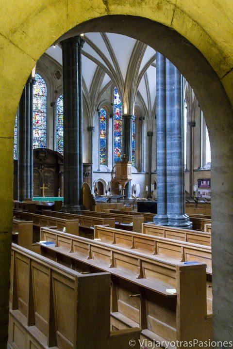 Parte rectangular del interior de la bonita iglesia del Temple, en Londres