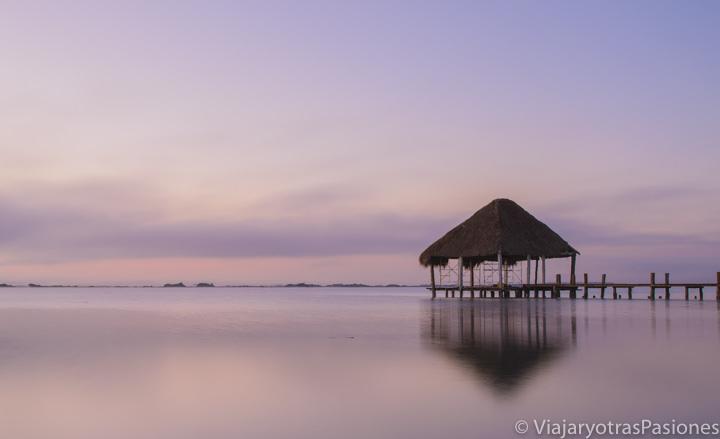 Increíble atardecer en la hermosa Laguna Bacalar, México