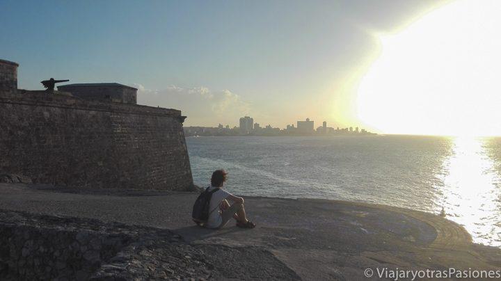 Andrea disfrutando del atardecer sobre La Habana desde el castillo del Morro