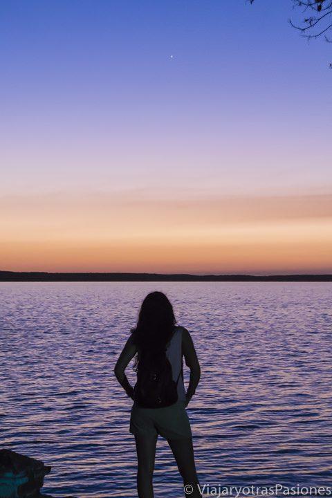 Paula frente al mar durante el atardecer en Punta Gorda, uno de los imprescindibles del Viaje a Cuba por libre