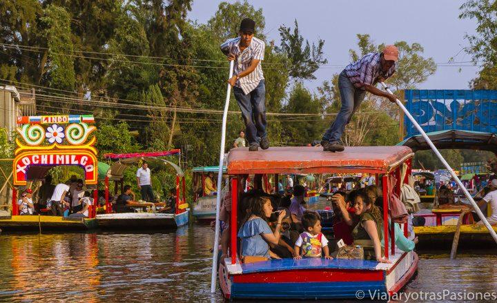 Fiesta en los barcos de Xochimilco en CDMX