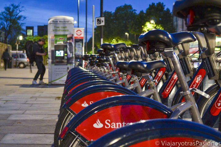 Serie de bicis del Santander listas para ser alquiladas en el Este de Londres