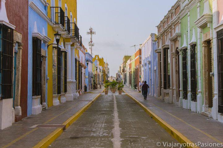 Vista de la colorida y peatonal calle 59 en Campeche, México