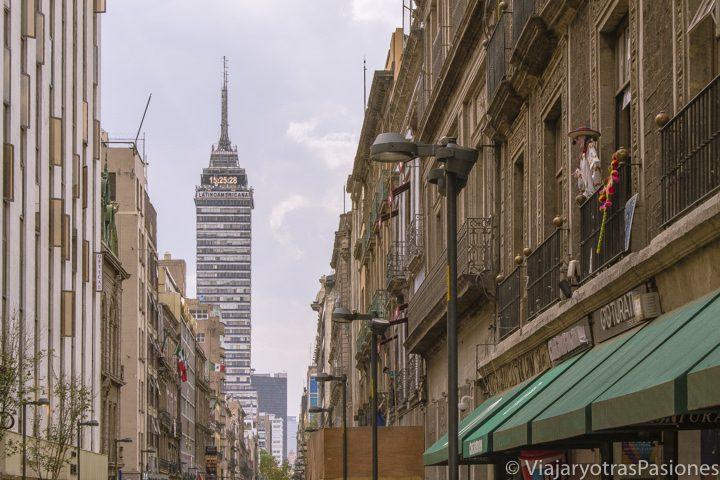 Vista desde la calle Madero hasta la torre Latinoamericana en CDMX