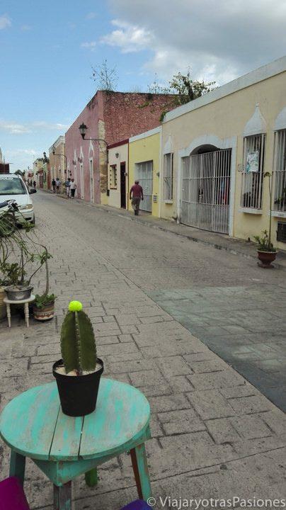 Una mesita con un cáctus preside esta imagen de la calzada de los Frailes, colorida calle de Valladolid, Yucatán