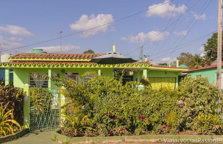 Casas particulares en Cuba ubicada en Viñales de color verde