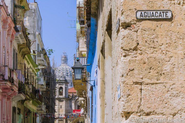 Vista del Capitolio de La Habana desde el cruce de la calle Brasil con la Aguacate