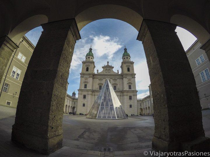 Vista de la catedral de Salzburgo entre las columnas de la Domplatz, cerca de Residentplatz