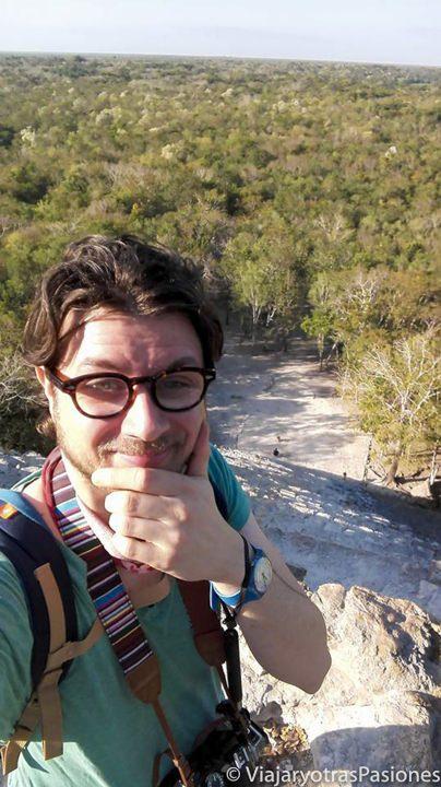 Andrea encima de la piramide de Cobá en el viaje a México por libre