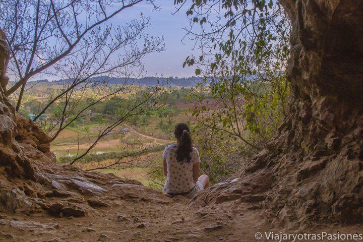 Paula de espaldas en la cueva de la Vaca, con el valle de Viñales a sus pies. Ésta fue la primera parada del Viaje a Cuba por libre