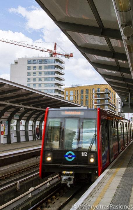 Típico tren color rojo de la DLR de Londres, Inglaterra