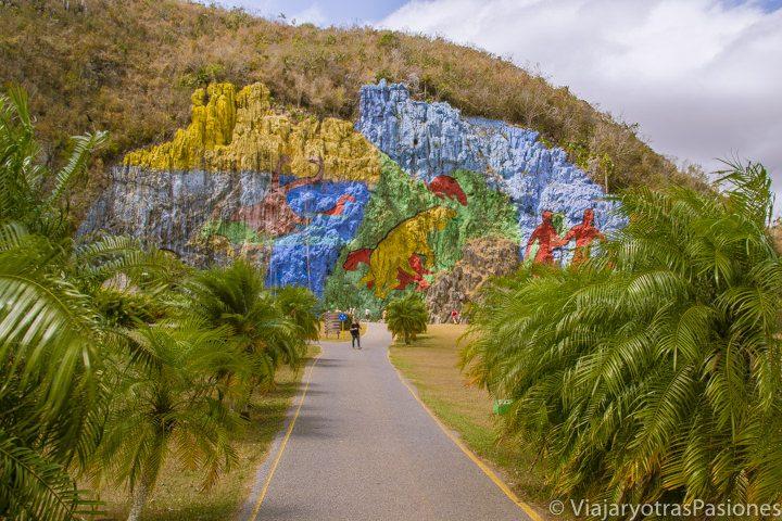 Llegando al colorido Mural de la Prehistoria, en Viñales, Cuba