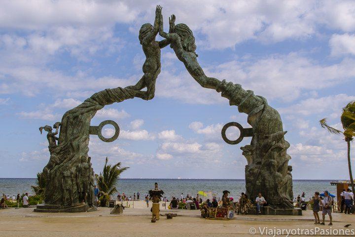 Monumento en Playa del Carmen y Cozumel e al fondo