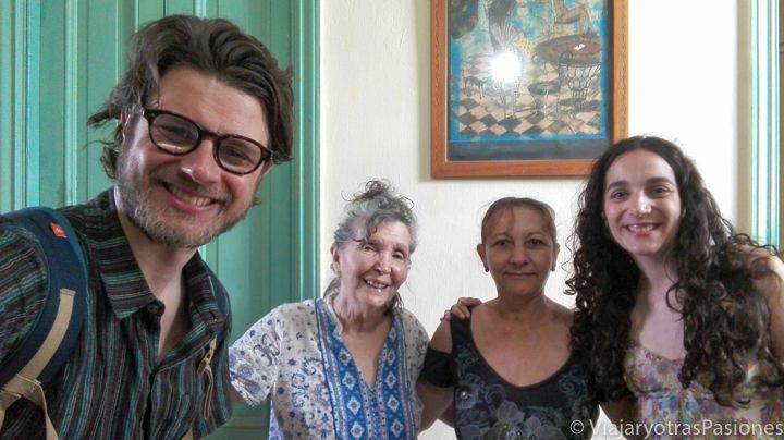 Anfitriones en la casa particular de Habana Vieja en Cuba