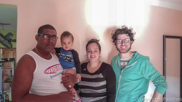Anfitriones en la casa particular de Trinidad en Cuba