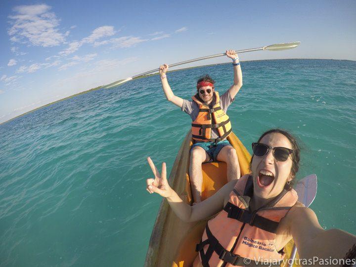 Locos de alegría en kayak en la Laguna Bacalar en México