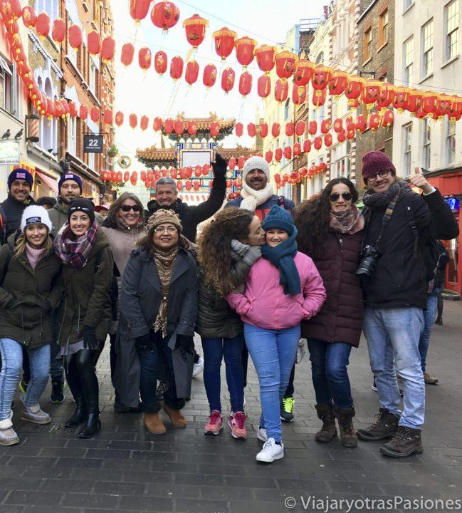 Grupo haciendo un free tour en el barrio de Chinatown en Londres, Inglaterra