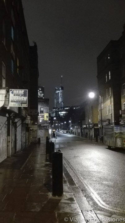 Imagen nocturna del famoso barrio de Shoreditch en Londres, Inglaterra
