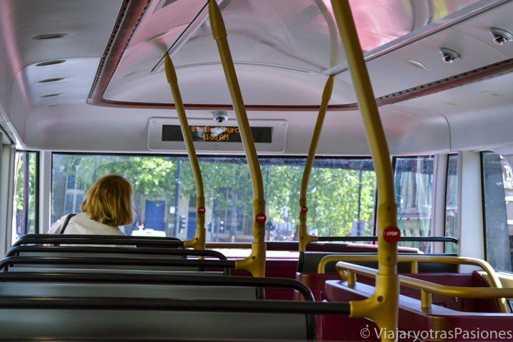 Parte de arriba de uno de los nuevos buses rojos de Londres, Inglaterra