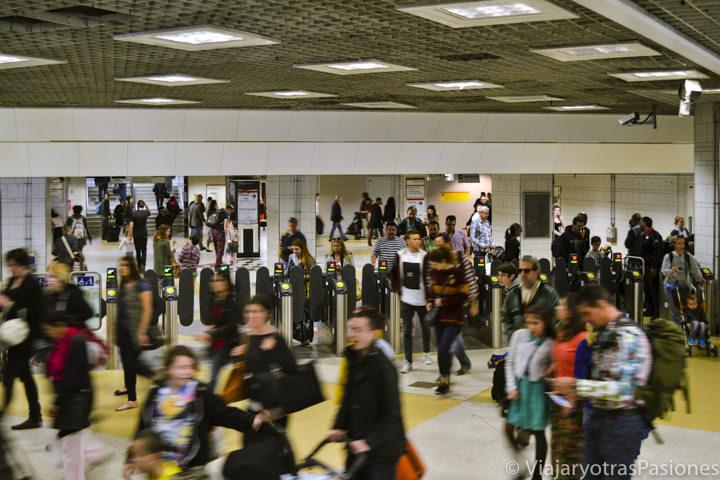 Entrada llena de gente de la estación de metro de Liverpool Street en Londres