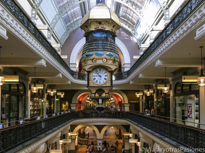 Típicos interiores victorianos del Queen Victoria building en Sydney, Australia