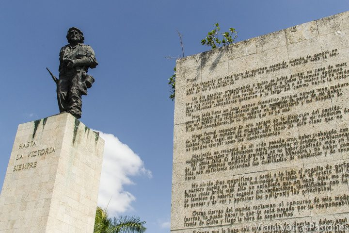 Estatua del Ché Guevara y muro con su carta a Fidel, en el mausoleo en Santa Clara, Cuba