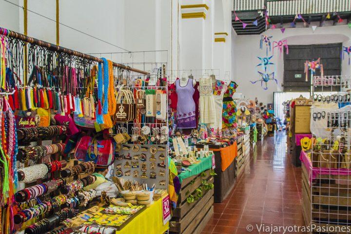 Pulseras y vestidos típicos mexicanos en el mercado de artesanía en el ex-Templo de San José en Campeche