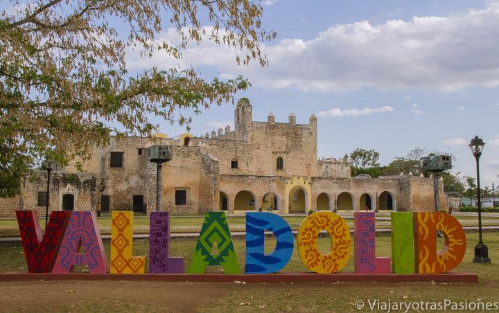 Vista del monasterio de San Bernardino y el típico letrero de Valladolid, México