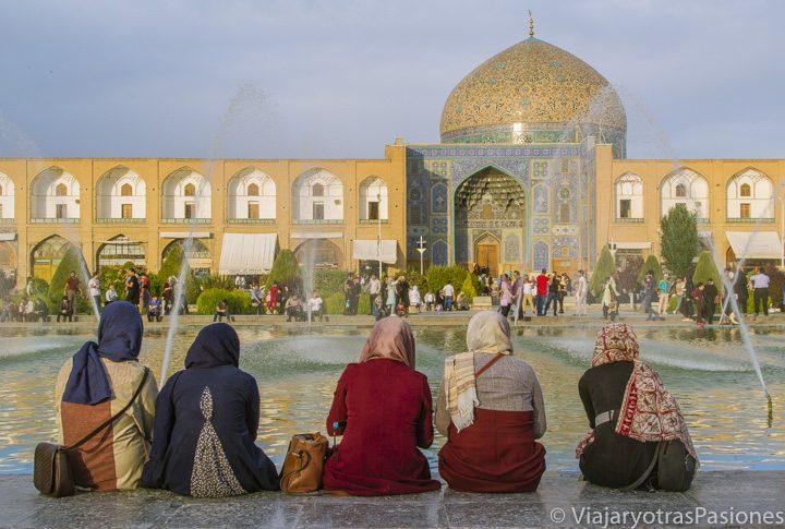 Un grupo de mujeres en la plaza del Imam en Isfahán, Irán