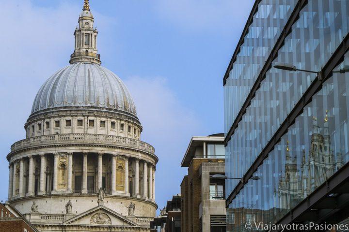 Bonita imagen de la famosa cupola de Saint Paul en Londres, Inglaterra
