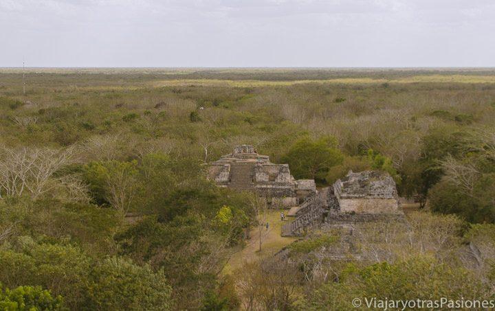 Vista panorámica de la zona arqueológica de Ek Balam desde una de sus pirámides. Yucatán, México