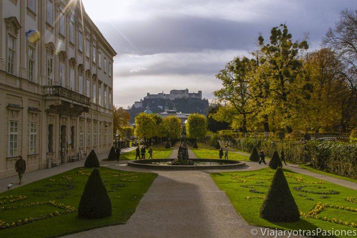 La fortaleza de Salzburgo vista desde los jardines del palacio Mirabel al amanecer en el viaje a Salzburgo