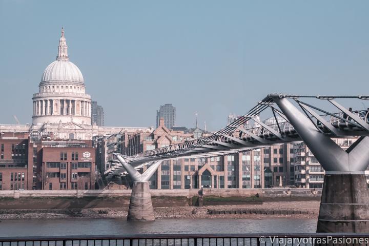Bonito paisaje urbano de la City de Londres y el Millennium Bridge, Inglaterra
