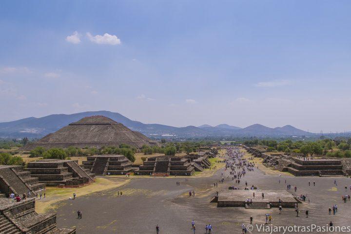 Panorámica del sitio arqueológico de Teotihuacán desde la pirámide de la Luna, México