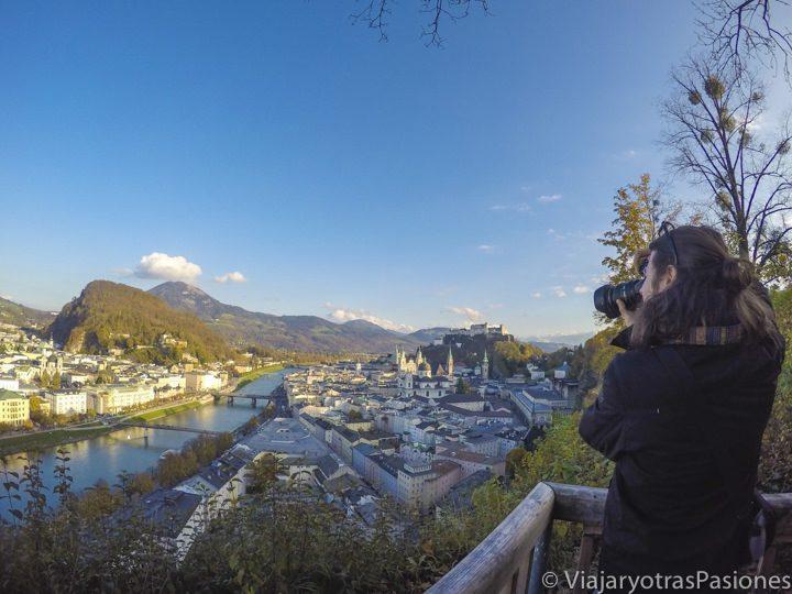Andrea fotografía el panorama desde la colina de la bonita Salzburgo, Austria