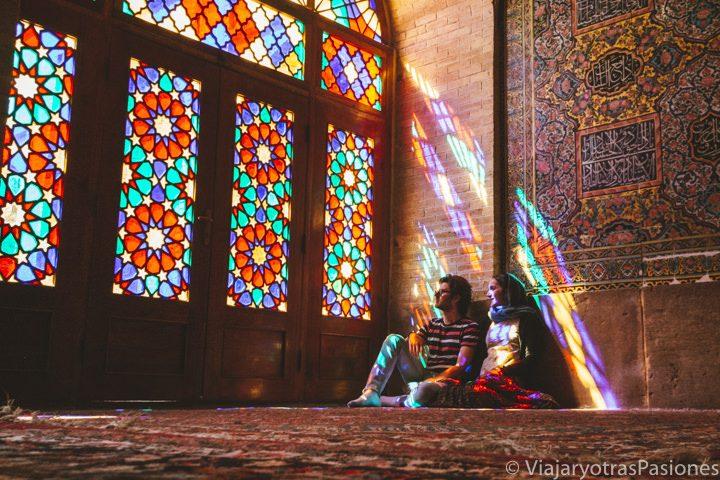 Andrea y Paula en la mezquita rosa en Shiraz, Irán