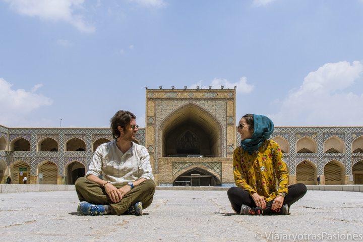 Sentados en el medio de la mezquita del Viernes en Isfahán, Irán