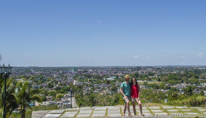 Panorámica de la ciudad de Santa Clara desde la loma Caìro, con Paula y Andrea posando. Santa Clara, Cuba