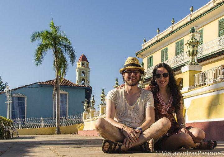 Andrea y Paula sentados al atardecer en la plaza Mayor de Trinidad en Cuba