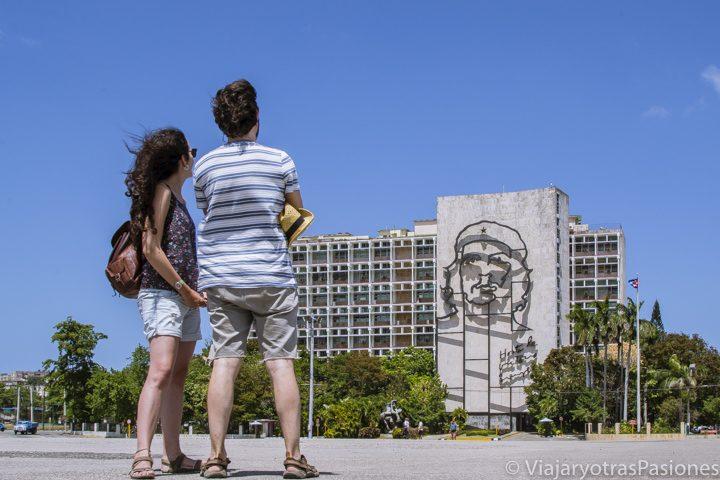 Paula y Andrea mirando la famosa fachada con la cara del Ché en la Plaza de la Revolución, La Habana, un lugar al que ir en todo Viaje a Cuba por libre