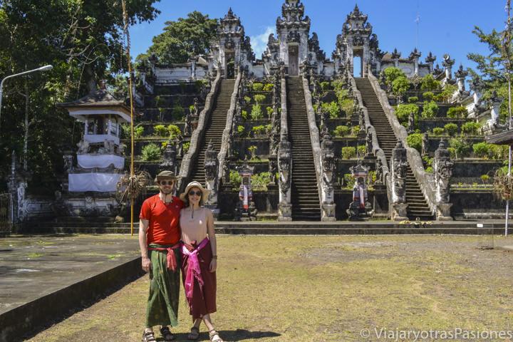 Pareja frente a el famoso templo de Pura Lempuyang en Bali, Indonesia