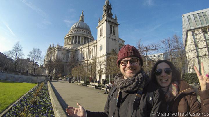 Selfie de pareja delante de la catedral de St. Pauls, en Londres